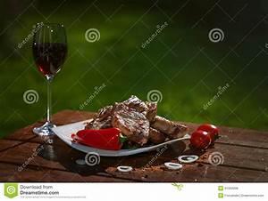 Holztisch Mit Glas : gegrillte schweinefleischsteaks auf einem holztisch mit einem glas wein stockfoto bild von ~ Frokenaadalensverden.com Haus und Dekorationen