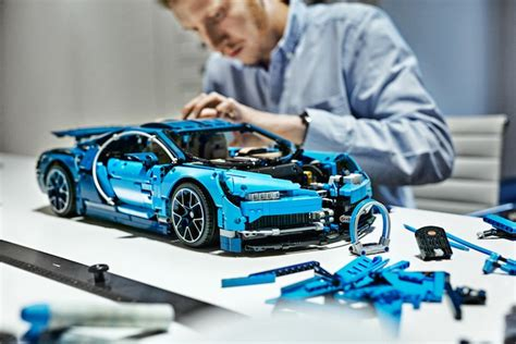 It's the second 'ultimate technic' supercar to be released, two years after 42056 porsche 911 gt3 rs, and is built to the same 1:8 scale as the porsche. LEGO Technic Bugatti Chiron - Set 42083 - Hobbymedia