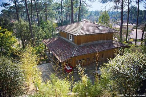 cuisine brique bois une maison en bois au cœur de la pinède landaise maison