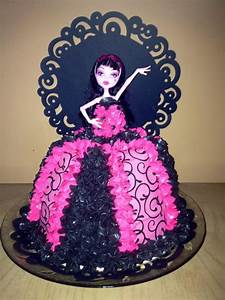 You have to see Diva Draculaura Monster High Cake by
