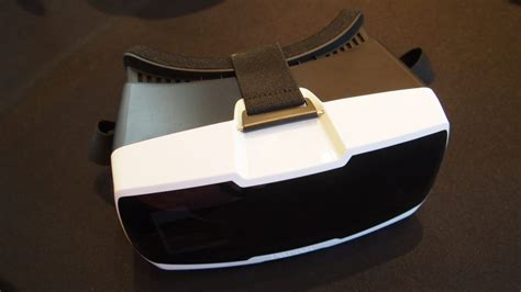 parrot drones promise  person experience  virtual reality headset techgoondu