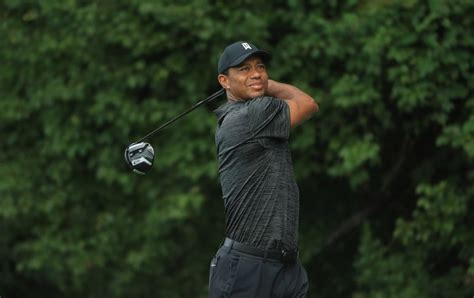 Tiger Woods, battling driver issues, fiddling with ...