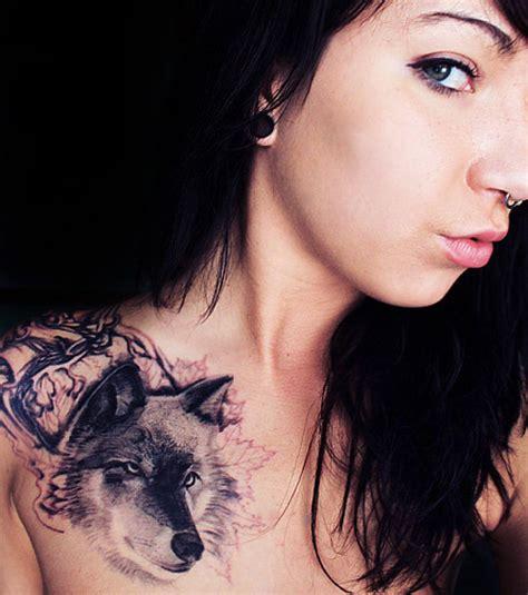 photo tatouage femme  loup sur lepaule