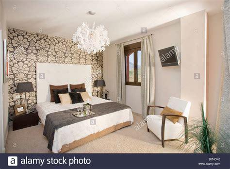 tapeten für schlafzimmer mit dachschräge schwarz wei 223 gemusterten tapeten an wand hinter dem bett mit wei 223 em leinen und braunen wurf in