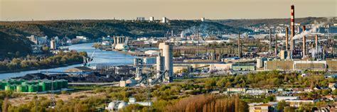 raffinerie de petit couronne zi et grand port de rouen vus des hauteurs de grand couronne zi