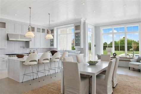 ilot de cuisine avec table maison neuve à l intérieur baigné par la lumière dans les
