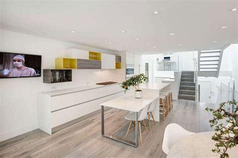 cuisine tv plus ancienne résidence urbaine rénovée en maison contemporaine