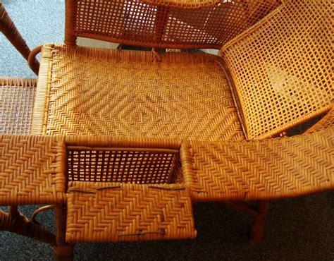 elegante chaise longue en rotin depoque