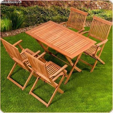 mesa de madera   sillas en conjunto  jardin