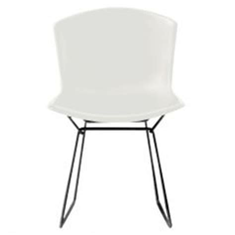 chaise bertoia blanche table basse contemporaine en bois pebble by nathan