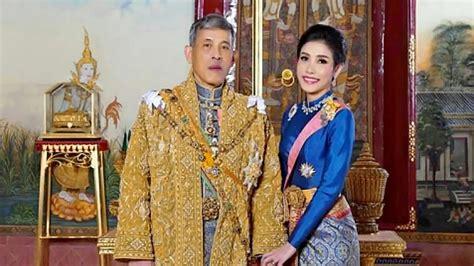 Hoàng quý phi 35 tuổi hôm 18/10 đến thăm chùa wat supatanaram ở tỉnh ubon ratchathani, đông bắc thái lan. Thai king dismisses 'disloyal' consort for challenging the ...