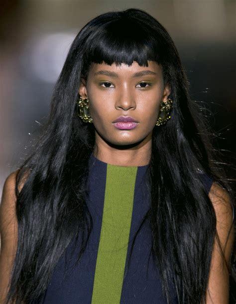 frange cheveux frange courte cheveux longs 20 fa 231 ons de porter la frange courte