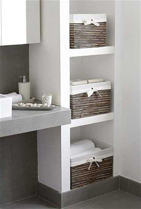 astuce rangement cuisine rangement avec des niches dans un mur de salle de bain