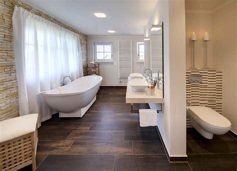 Beispiel Für Fliesen In Dunkler Holzoptik Im Bad