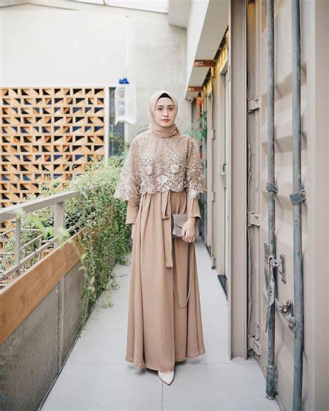 Inspirasi baju batik kondangan couple remaja terbaru 2019 merupakan koleksi dari batikcouplesurakarta.com. 10 Ide Simple Dress dengan Hijab buat Kondangan, Modelnya ...