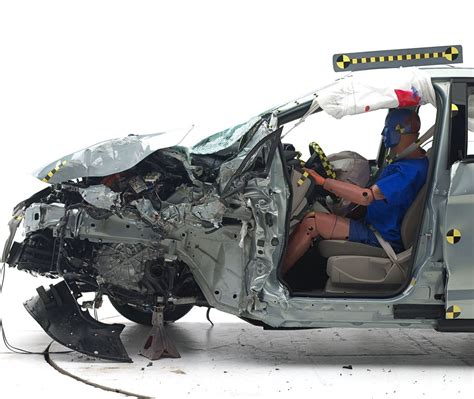 crash test siege auto 2014 iihs tests small cars on small overlap volt does ok leaf