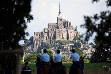 cing pres du mont michel 28 images abbaye du mont michel et moutons sur les pr 233 s sal 233