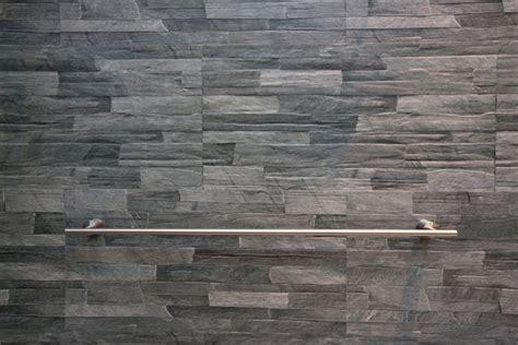 colocar azulejos de piedra decorativa en la pared