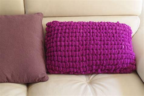 faire des coussins de canape tricot un coussin de canap 233 en pompon apodioxe lifestyle