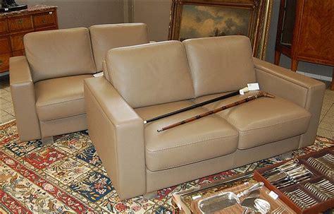 salon moderne en cuir taupe deux canapés à deux places