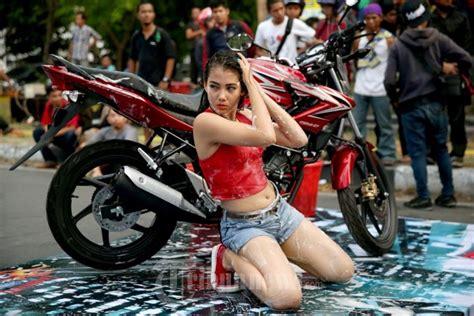 Foto Model Cb by Model Cantik Bergaya Mencuci Motor Honda Cb150r Foto 5