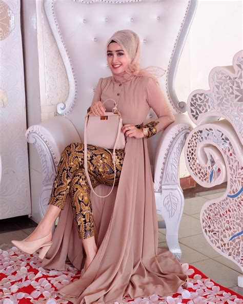 Tertarik untuk mengenakan dress brokat kekinian saat lebaran? Super Elegan, 14 Style Hijab Kondangan Ini Bikin Kamu ...