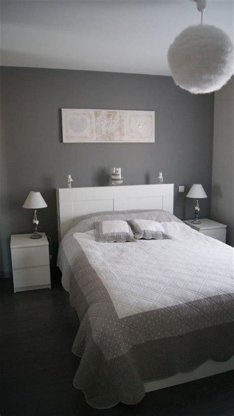 chambre adulte blanc gris romantique mur situe en face de la porte dentree decoration
