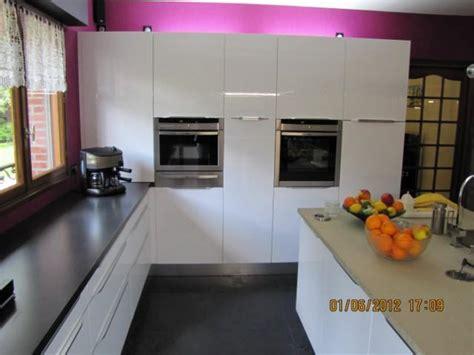 cuisine contemporaine italienne cuisine béta laque brillante blanche et granit noir l p