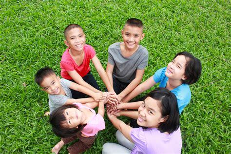 Manfaat Si Kecil Bermain dengan Teman Beda Usia | Smart ...