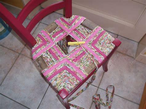rempailler une chaise avec du tissu paillage chaise en tissu table de lit
