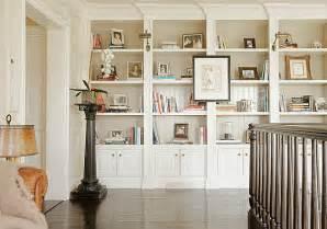 wohnzimmer regalwand hausbibliothek organisieren und regalwand im wohnzimmer betonen