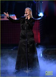 Christina Aguilera Performs Whitney Houston Tribute at ...