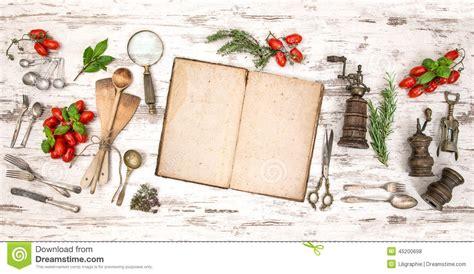 vieux ustensiles de cuisine vieux livre de cuisine avec des légumes des herbes et des