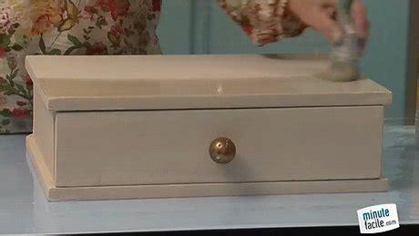 vernis table cuisine repeindre un meuble en vernis blanc laqué minutefacile com