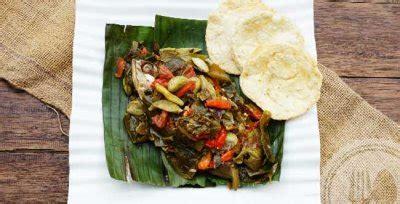 Menu khas sunda ini memiliki rasa yang sedap penuh dengan bumbu. pepes-peda-daun-melinjo | Resep Koki