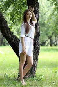 Hübsche 12 Jährige Mädchen : h bsche junge sch ne m dchen stand in der n he baum stock foto colourbox ~ Eleganceandgraceweddings.com Haus und Dekorationen