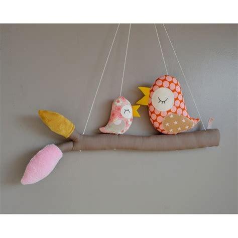 tissu pour chambre bébé mobile fait avec des oiseaux perchés sur leur