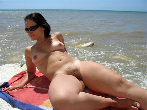 Naked Girl And Nude Pussy On The Beach
