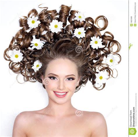 fiori capelli donna sorridente con i fiori in capelli fotografia stock