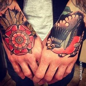 Tatouage Oiseau Homme : tatouage old school oiseau rose sur la main inkage ~ Melissatoandfro.com Idées de Décoration