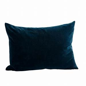 Coussin Velours Bleu : coussin en velours rectangulaire chez les voisins ~ Teatrodelosmanantiales.com Idées de Décoration