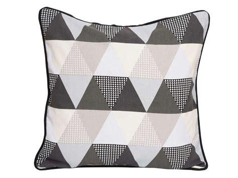 coussin 45x45 cm triangle coloris gris vente de coussin et housse de coussin conforama