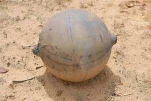 Une boule métallique non identifiée tombe du ciel en ...