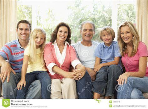Familia Extensa Que Se Relaja En El País Junto Foto de