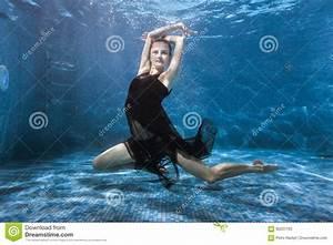 Rustine Piscine Sous L Eau : la femme danse sous l 39 eau dans la piscine image stock image du flotteur frais 92207765 ~ Farleysfitness.com Idées de Décoration