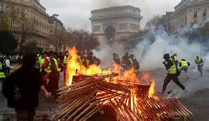 demonstrators run   burning fire   arc de