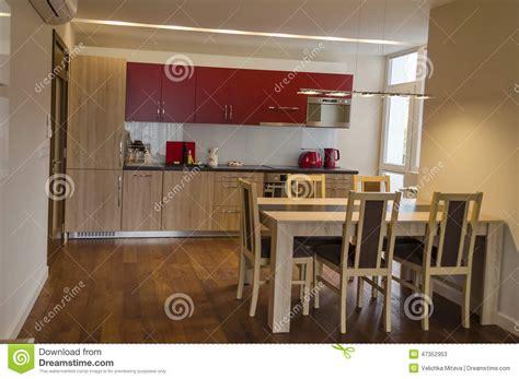 le site de cuisine salon avec le site de cuisine et table de salle à manger