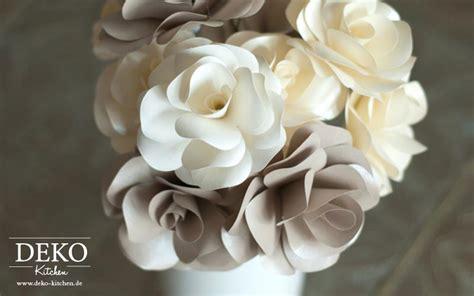 diy rosenblueten aus papier fuer tolle hochzeitsdekos