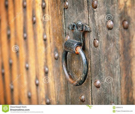 poignee de porte ronde en bois poign 233 e de porte ronde vieil en m 233 tal photo stock image 63856219