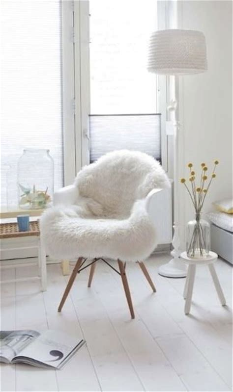chaise fourrure 25 best ideas about white chairs on dressing